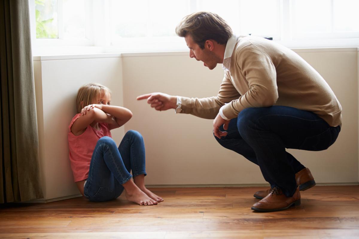Dad yells at daughter