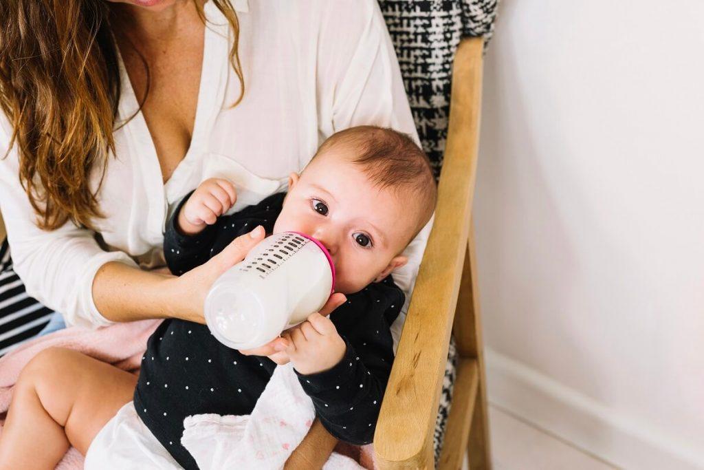 Mlijecna formula 5 stvari koje su razlicite kod bebe koja pije adaptirano mlijeko mamaklik